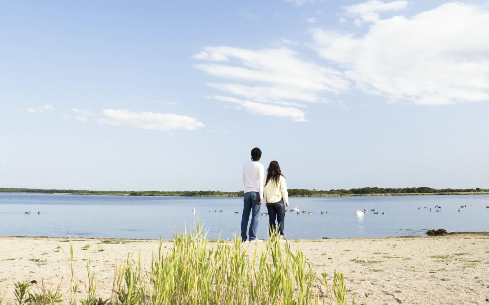 甜蜜情侣图片壁纸 夏日休闲与阳光海滩壁纸图片风景