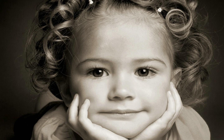 卷发小女孩图片壁纸壁纸