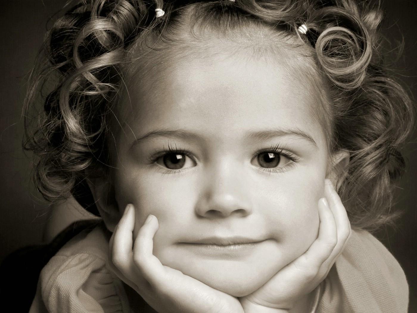 儿童画画女孩的图片