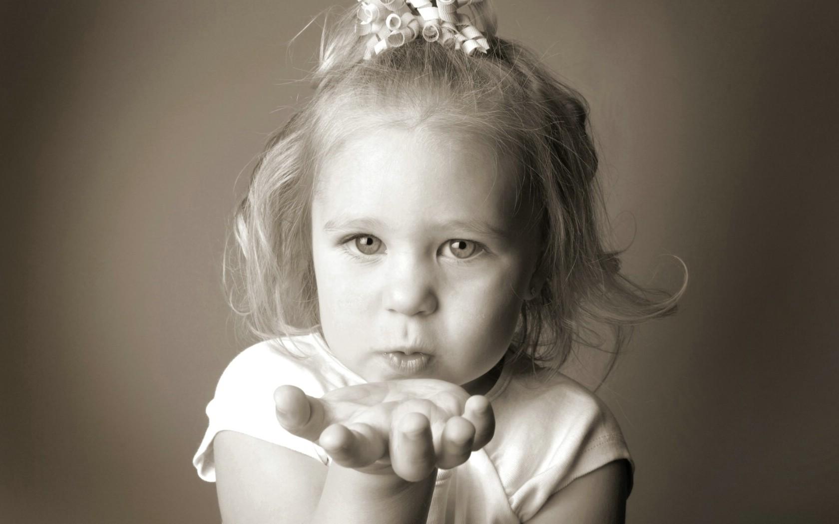 小美女的飞吻图片壁纸