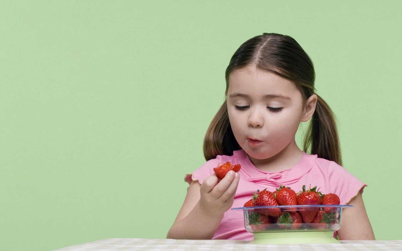 ×1050吃草莓 外国小女孩儿童摄影壁纸壁纸,国外儿童