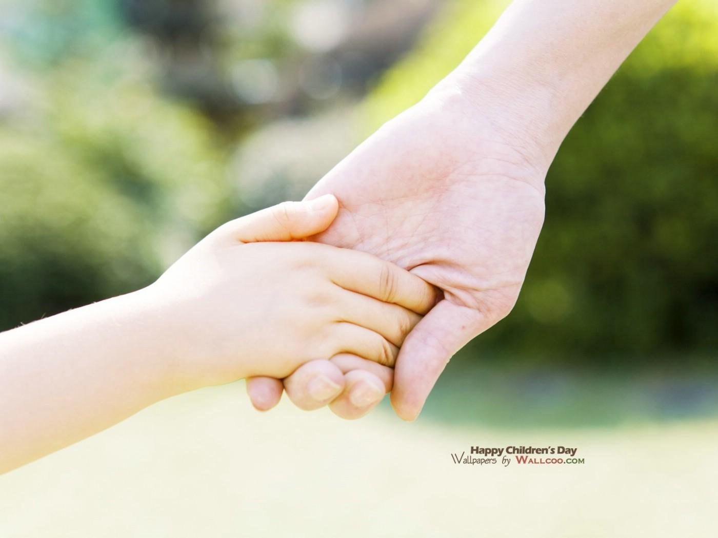 快乐儿童手牵手周围的插图